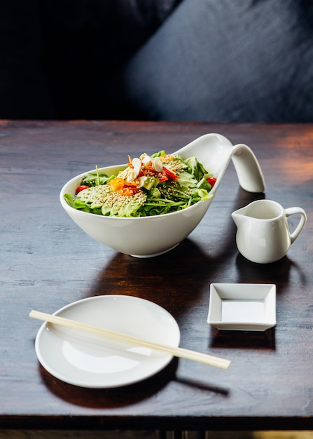 Salada japonesa com abacate, tomate, carvalho verde, amêndoa e gergelim. Foto Premium