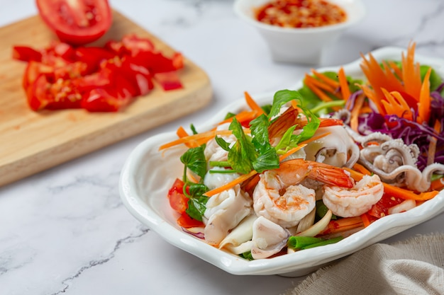Salada mista fresca de frutos do mar, comida picante e tailandesa. Foto gratuita