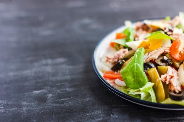 Salada nicoise com atum, feijão verde, manjericão e legumes frescos Foto Premium