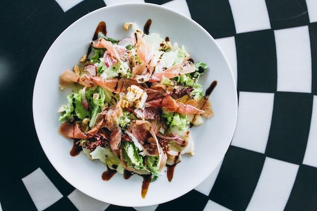 Salada no prato branco Foto gratuita
