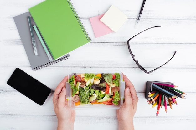 Salada para vista superior de almoço de escritório Foto gratuita