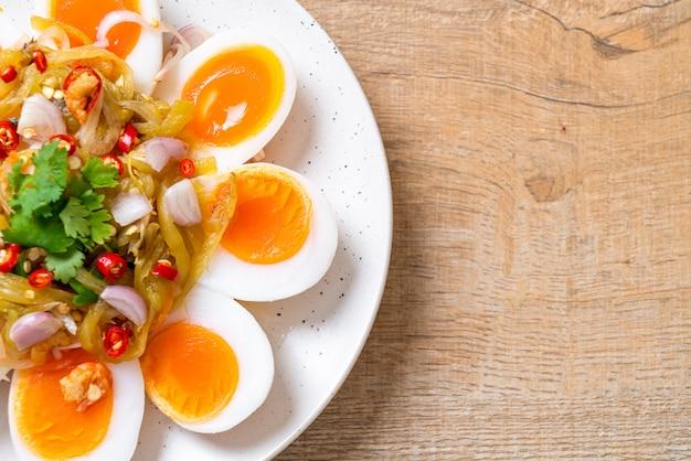 Salada picante de ovos cozidos macios Foto Premium