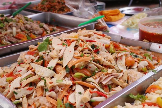 Salada picante na comida de rua Foto Premium
