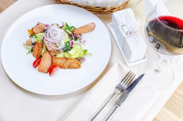 Salada quente com salmão grelhado Foto Premium