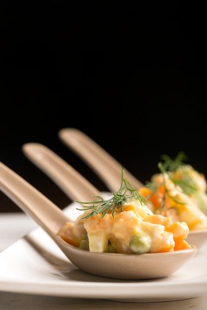 Salada russa tradicional olivie com legumes cozidos Foto Premium