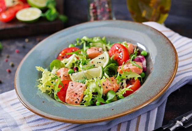 Salada saudável com peixe. salmão assado, tomate, limão e alface. jantar saudável. Foto gratuita