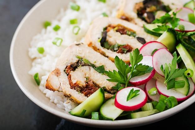 Salada saudável com rolos de frango, rabanetes, pepino, cebola verde e arroz. nutrição apropriada. Foto gratuita