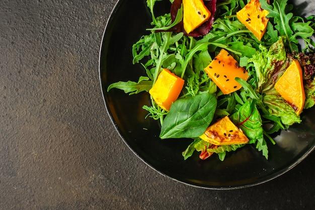 Salada saudável de abóbora e mistura de folhas de alface Foto Premium