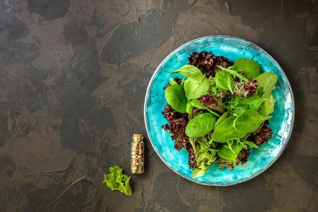 Salada saudável, salada mista de folhas (misture micro verduras, lanche suculento) Foto Premium