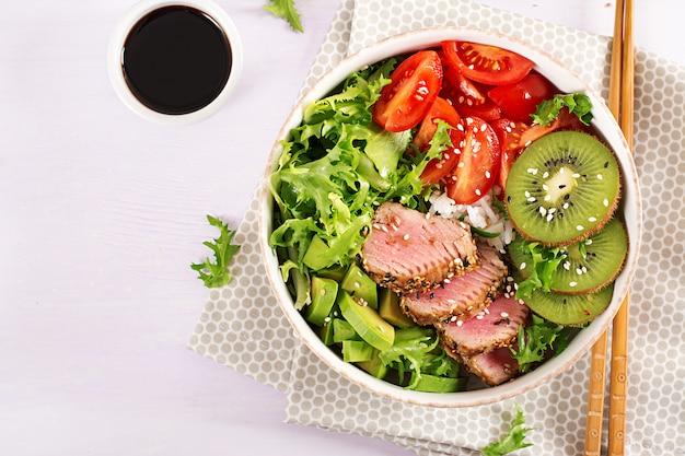 Salada tradicional com pedaços de atum grelhado médio-raro e gergelim com salada de legumes frescos Foto Premium