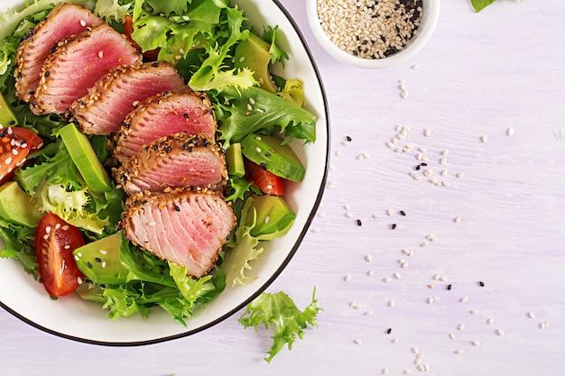 Salada tradicional japonesa com pedaços de atum ahi grelhado médio-raro e gergelim com legumes frescos em uma tigela. Foto gratuita