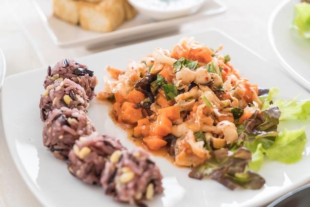 Salada vegana picante com arroz pegajoso e grão Foto gratuita