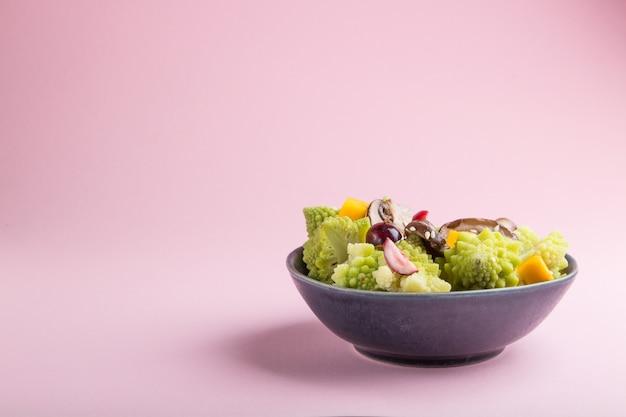 Salada vegetariana de repolho romanesco, champignon, cranberry, abacate e abóbora. vista lateral, copyspace. Foto Premium