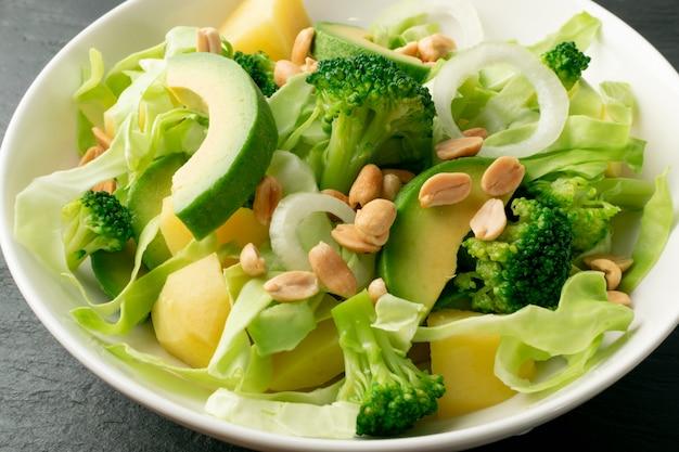 Salada verde com abacate e legumes Foto Premium