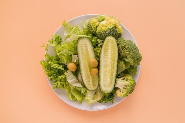 Salada verde de vista superior Foto gratuita