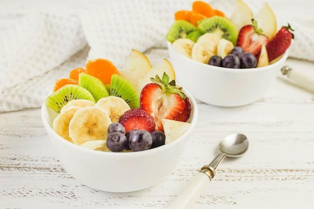 Saladas de frutas saborosas Foto gratuita