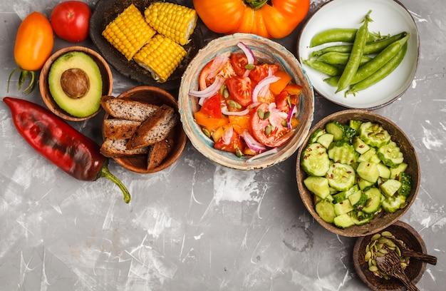 Saladas vegetais, vista superior, conceito de comida vegetariana. Foto Premium