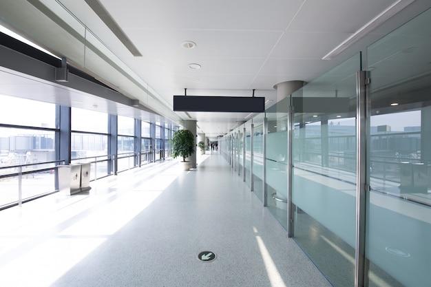 Salão branco no aeroporto - arquitetura moderna Foto Premium