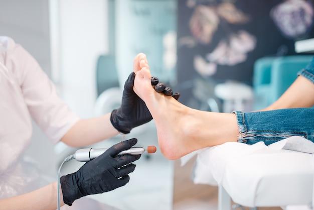 Salão de esteticista, procedimento de polimento dos pés Foto Premium