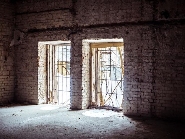 Salão destruído abandonado com bela luz preencher a cena Foto Premium