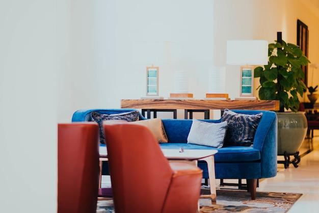 Salão do hotel com cadeiras Foto gratuita