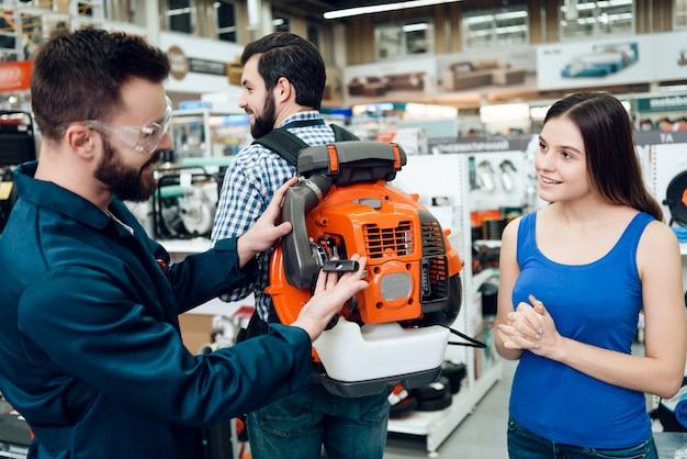 Salesmen showing industrial leaf blower para clientes Foto Premium