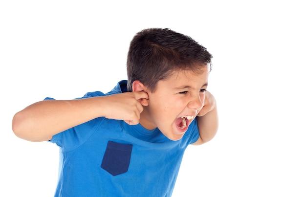 Salientou a criança cobrindo as orelhas Foto Premium