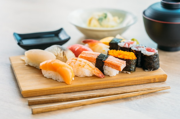 Salmão atum camarão e outros carne sushi maki Foto gratuita
