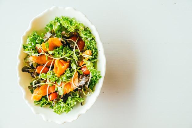 Salmão defumado com salada de legumes Foto gratuita