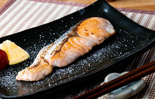 Salmão grelhado com sal em estilo japonês. Foto Premium