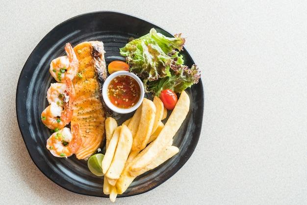 Salmão grelhado e bife de camarão Foto gratuita