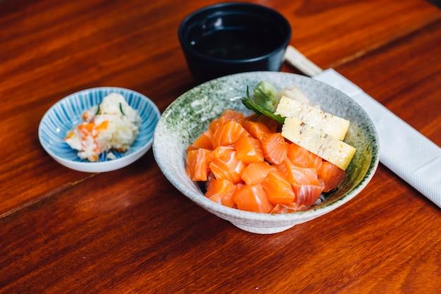 Salmão japonês don menu fixo Foto gratuita