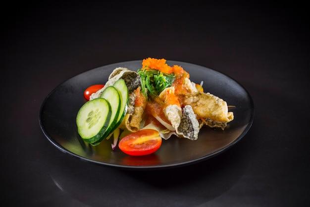 Salmão picante salada picante, comida japonesa, comida de fusão, salmão salada em estilo tailandês Foto Premium