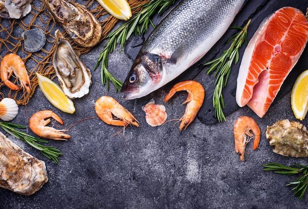Salmão, robalo, camarão e ostras Foto Premium