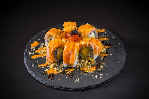 Salmão rolo coberto salmão e caviar, comida japonesa, sushi menu Foto Premium