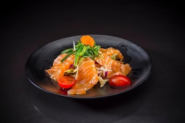 Salmão salada picante, sashimi de salmão com molho picante, comida japonesa, comida de fusão Foto Premium