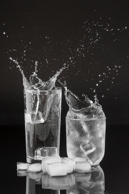 Salpicos de água em copos transparentes Foto gratuita