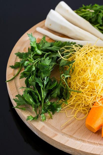 Salsa, cenoura e macarrão para sopa Foto Premium