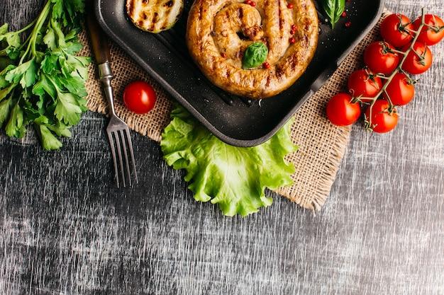 Salsicha de caracol frito com especiarias na panela Foto gratuita
