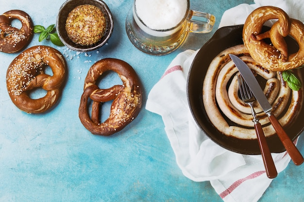 Salsicha frita com cerveja e pretzels Foto Premium