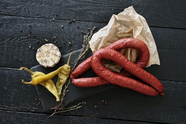 Salsichas assadas com ingredientes Foto gratuita