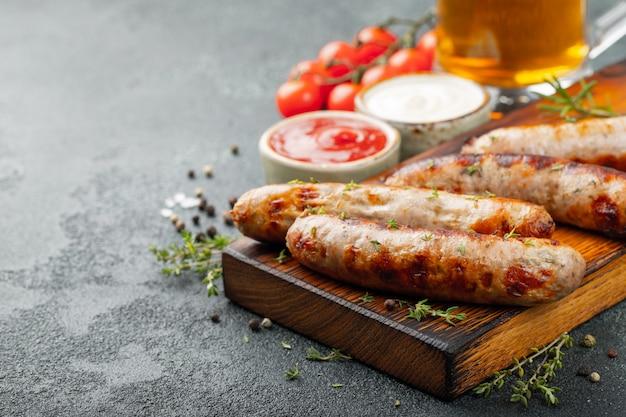 Salsichas fritas com molhos e ervas. Foto Premium