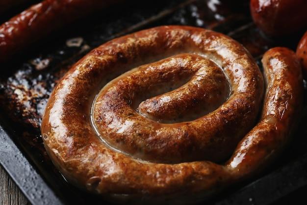 Salsichas fritas saborosas. comida tradicional alemã Foto gratuita
