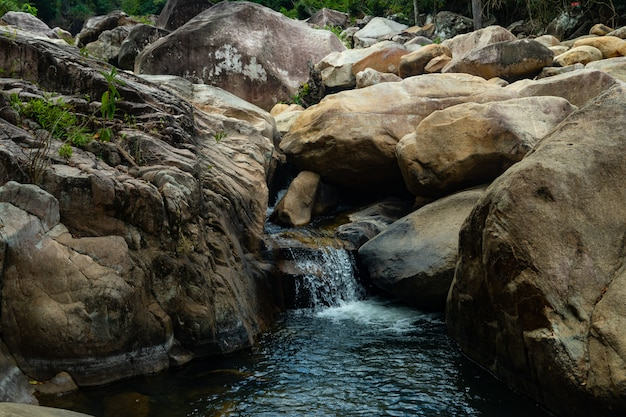 Salto de penhascos nas cachoeiras de ba ho na província de khanh hoa, vietnã Foto gratuita