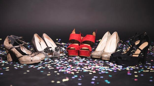 Saltos altos no chão com confetes Foto gratuita