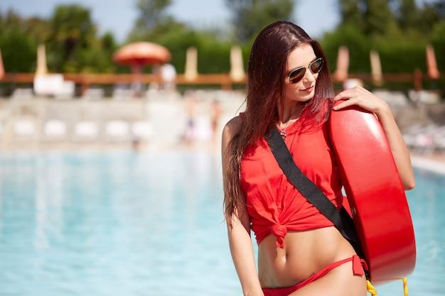 Salva-vidas na piscina Foto Premium