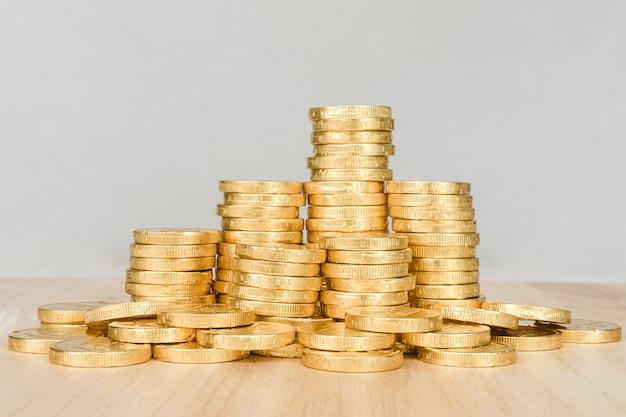 Salvando o conceito de dinheiro, negócio de pilha de moeda de ouro Foto Premium