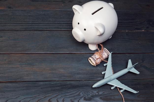 Salvando o planejamento para o orçamento de viagens do conceito de férias Foto Premium