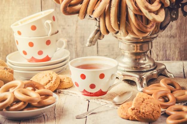 Samovar e chá com bagels. foco seletivo. Foto Premium