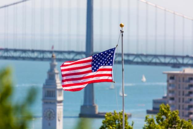 San francisco, eua, bandeira americana, ponte baía, e, torre clock Foto Premium